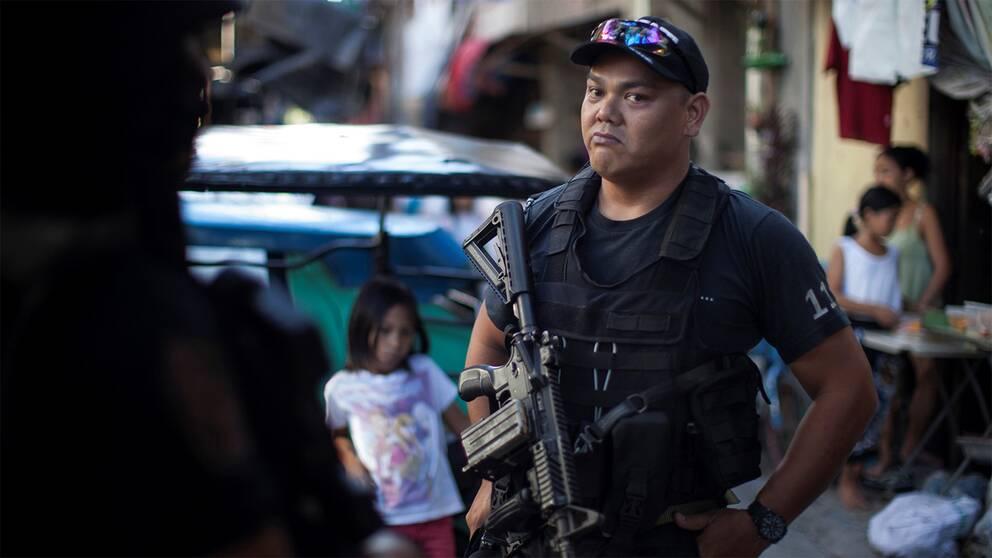 Ifrågasatt poliskår. SVT fick unikt tillträde till en av SWAT-styrkorna som leder antidrogtillslagen i Metro Manila. Här i ett tidigare fäste för Crystal Meth, eller Shabu som det kallas, Filippinernas vanligaste drog.