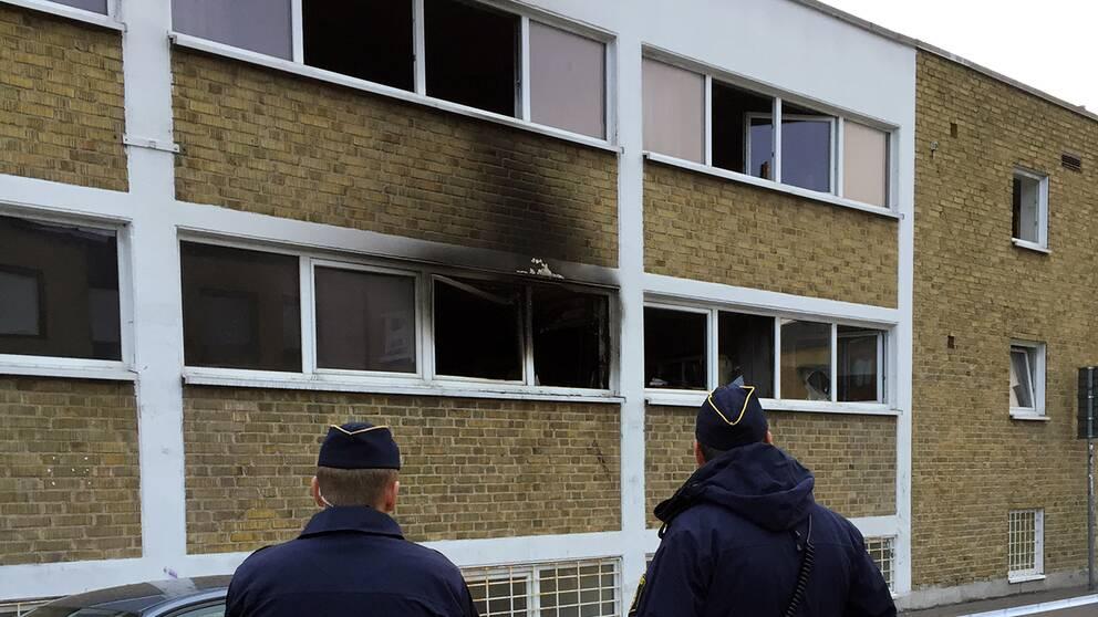 Polisen har spärrat av platsen och rubricerar det som mordbrand.
