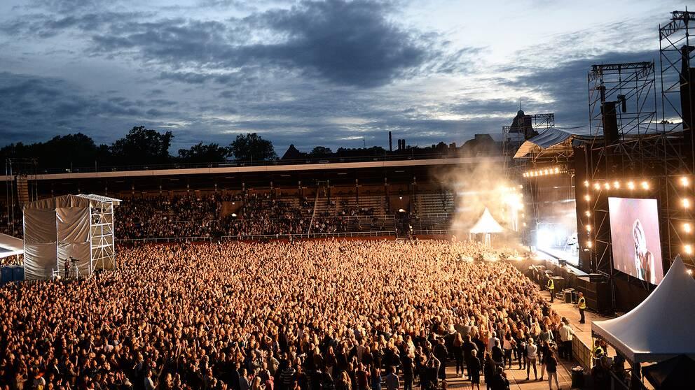 stor folkmassa framför en musikscen.