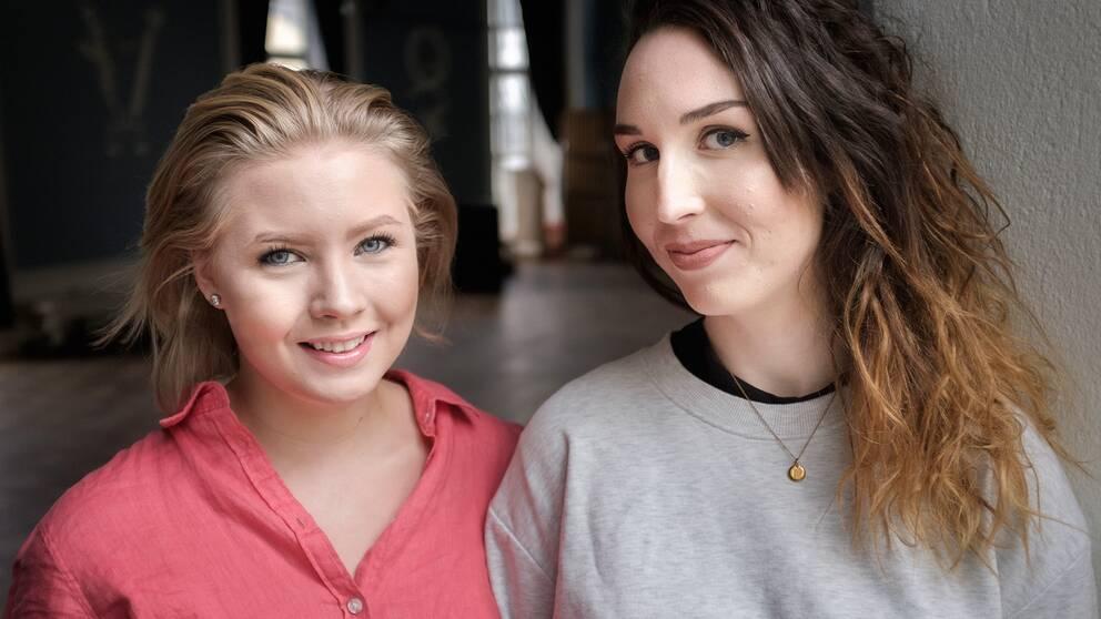 Porträtt på skaparna bakom podcasten Pillerpodden. Till vänster i bild står Siri Strand, till höger står Emma Westas Rödin.