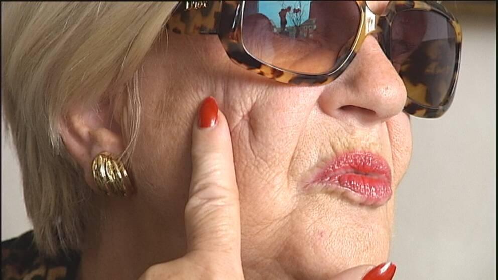 Margareta Nystrand visar upp ärren efter injektionen.