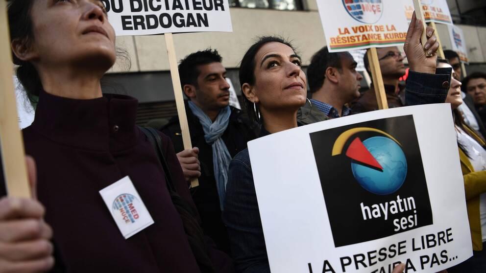 Kurdiska aktivister protesterar i Paris utanför satellitbolaget Eutelsats huvudkontor, efter att bolaget beslutat sig för att släcka ned den kurdiska tv-kanalen Med-Nuce i Frankrike. Nu släcker samma bolag den svensk-kurdiska kanalen Newroz.