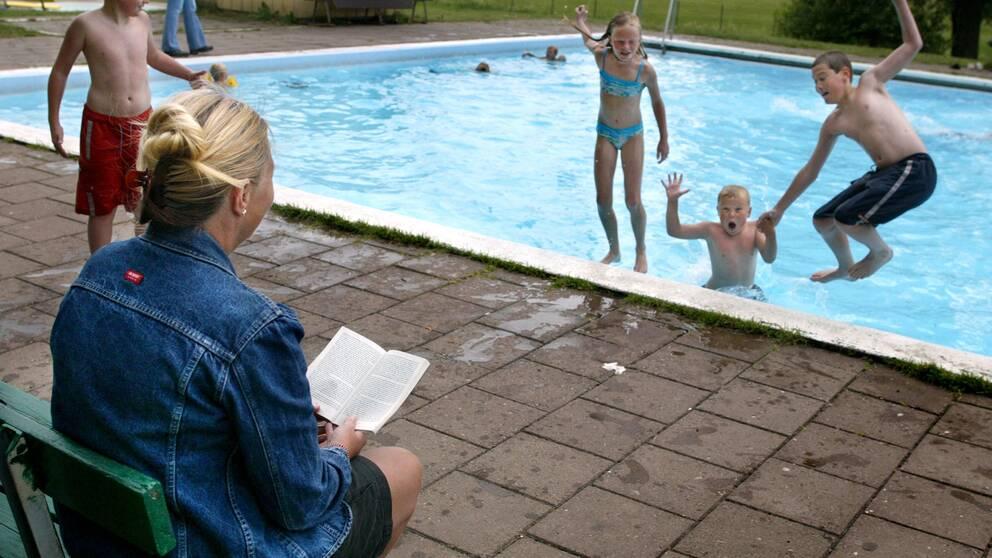 Akrivbild på Hägerstensbadet utanför Stockholm. Det var när bassängen stod tömd på vatten för säsongen som den klottrades ned i september.