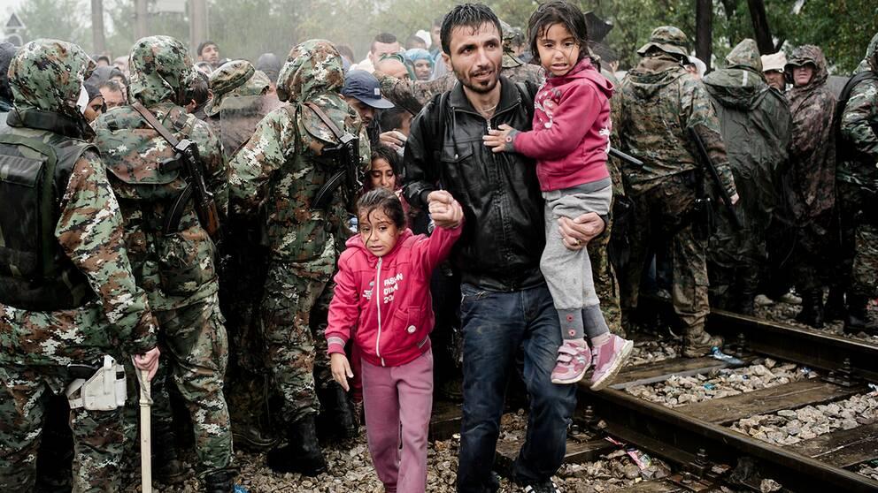 Syriska flyktingar vid gränsen till Makedonien.