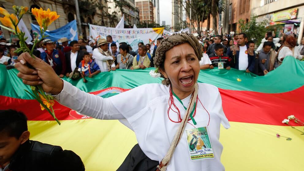 En kvinna under fredsmarschen i Bogotá.