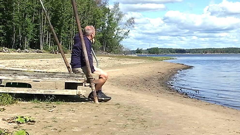 Tino Åberg tittar ut över den krympande sjön Yxern.