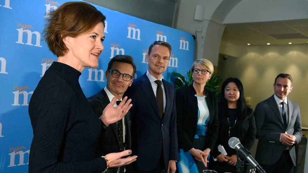 Moderaternas partiledare Anna Kinberg Batra, Ulf Kristersson, Peter Danielsson, Elisabeth Svantesson, Jessica Polfjärd och Tomas Tobé under en presträff på Moderaternas partikansli i Stockholm.