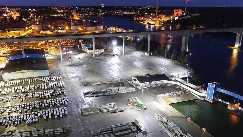 I Södertälje hamn har fyra femtedelar av lamporna nu bytt ett gult ljus mot ett energisparande vitt.