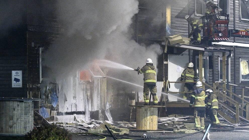Räddningstjänsten arbetar natten till söndagen med släckningen. En stor brand har brutit ut i ett asylboende i Fagersjö i södra Stockholm.