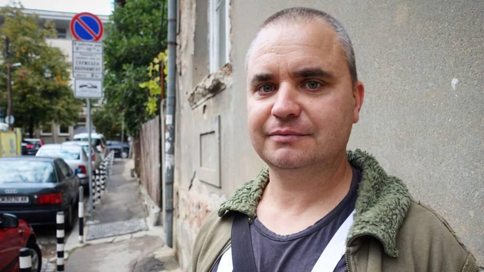 """""""Om man gör ett bra jobb så är det rimligt att man efter ett tag får samma lön"""" säger bulgariske takläggaren Anatolin Michiv."""