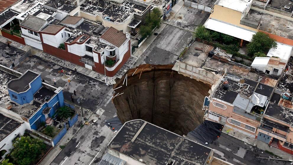I juni 2010 öppnade sig en stor krater i centrala Guatemala City. En trevåningsbyggnad försvann ner i det djupa slukhålet.