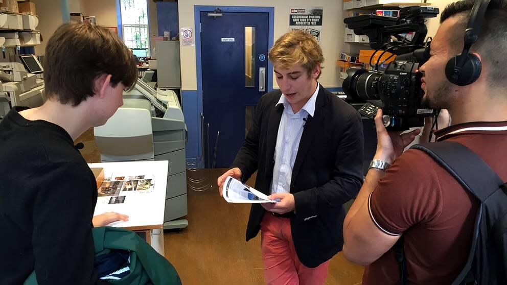 EU-positiva Jean-François Poncet och Kai Stuart inspekterar de broschyrer de beställt.