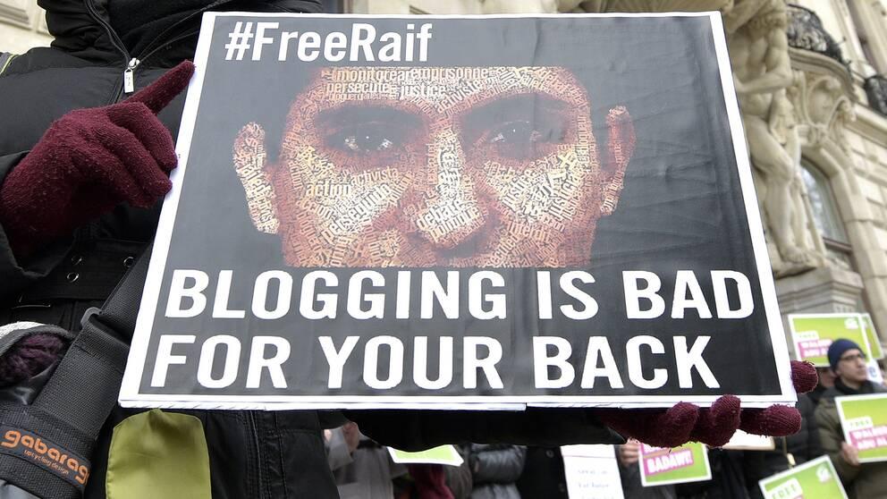 Den saudiske bloggaren Raif Badawi står inför en ny omgång piskrapp, enligt nya uppgifter. Bilden är från en demonstration i Österrike 2015, mot hans fängslande. Arkivbild.