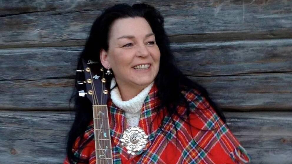 Cariola Rosdotter Eriksson med gitarr