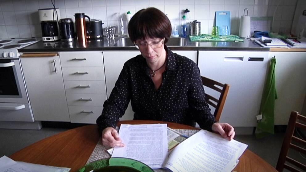 Anne-Katrine Foss, Mikaels fru förfasas över försäkringskassan beslut.