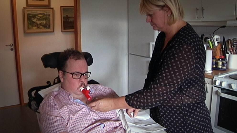 Mikael Foss får hjälp av en assistent.