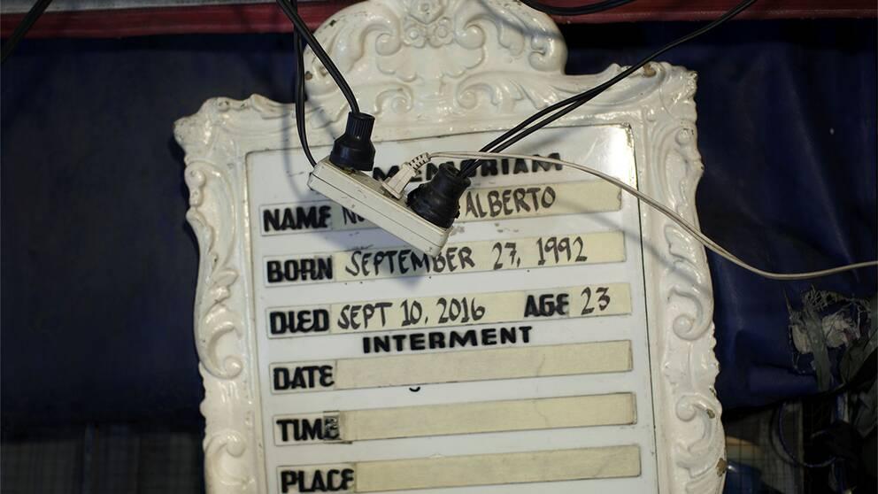 Noel Alberto blev 23 år gammal. Ingen vet exakt vad som hände hans sista timmar i livet. Det man vet är att hans kropp hittades i Navatos och att hans huvud var inlindat med silvertejp. Ett vanligt återkommande fenomen i Dutertes drogkrig.