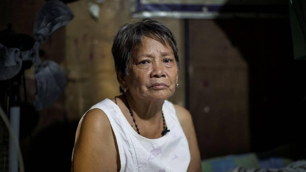 """""""Jag föddes i Pampanga nära havet. Jag lyckades bara studera till andra klass. Min dåvarande man lyckades bara studera upp till fjärde klass. Vi flyttade hit till Tondo och fick fyra barn. Jag bad alltid för att mina barn skulle slippa leva i fattigdom. Jag kunde ta det men skona dom. Ingen av mina barn lyckades klara sina studier. Vi brukade samla ihop rester av sallad och tomater som vi senare sålde för fem pesos styck. Vi är väldigt fattiga men vi är inte onda människor"""""""