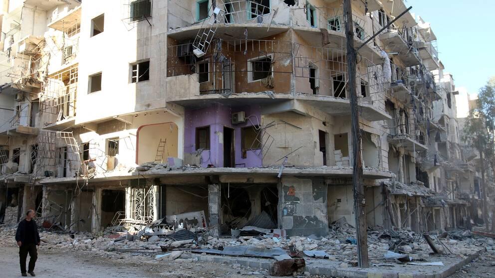 Enligt statlig turkisk media har landets flygvapen bombat minst 18 kurdiska militära posteringar i området Maart Umm Hawsh, norr om den syriska staden Aleppo. Bilden visar en sönderbombad byggnad i Aleppo.