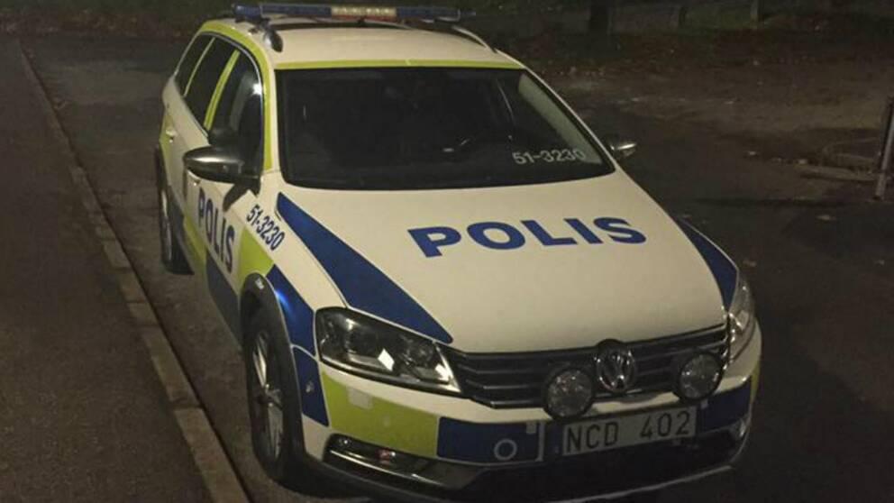 Polisbil fick alla fyra däck sönderskurna