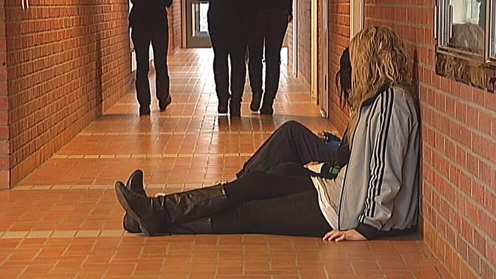 Det finns alldeles för psykologer och läkare för eleverna på svenska skolor, anser OECD.