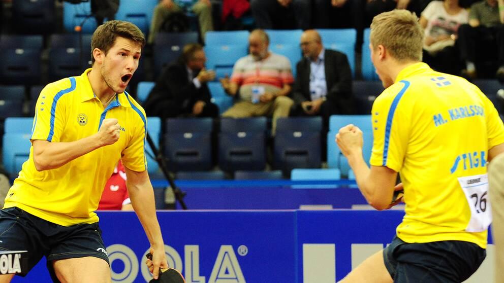 Kristian Karlsson och Mattias Karlsson har säkrat en medalj i bordtennis-EM.