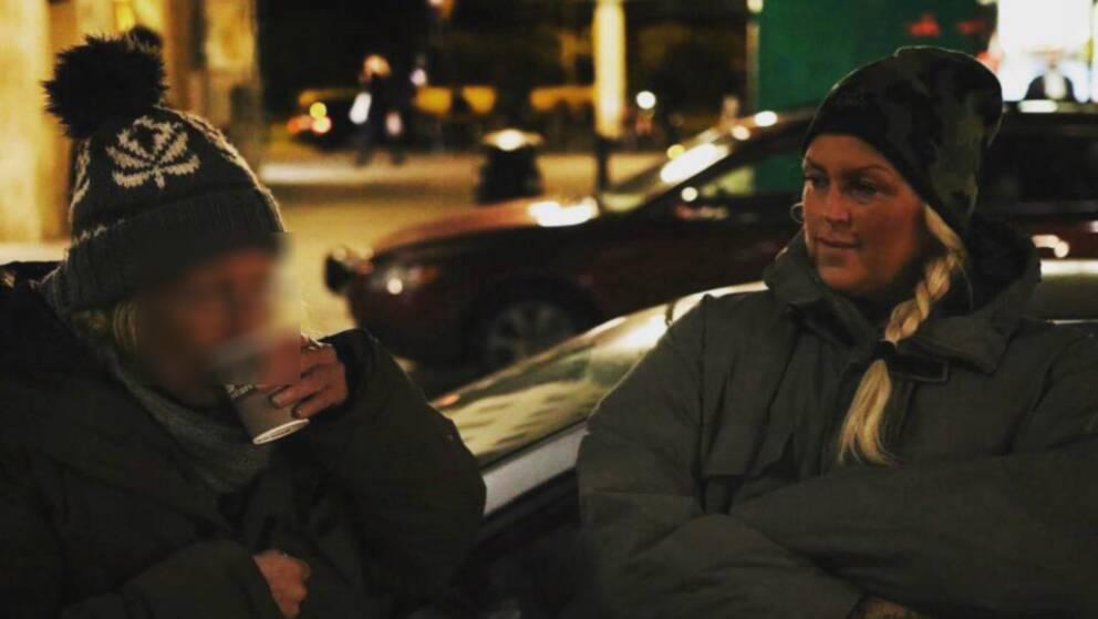 Ordningsvakten Jeanette hjälper hemlösa pensionärer med varma kläder och mat.