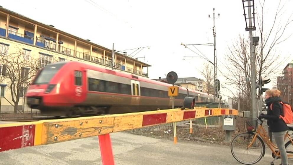 Järnvägen vid S:t Persgatan trafikeras via en bro och trafikanterna ska passera under men byggstarten är framflyttad.