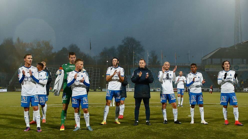 Norrköping applåderar fansen efter förlusten mot Elfsborg.