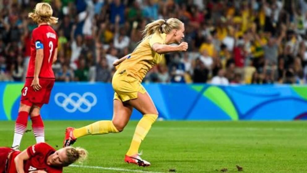 Stina Blackstenius är uppvaktad i fotbollsvärlden efter ett framgångsrikt år.