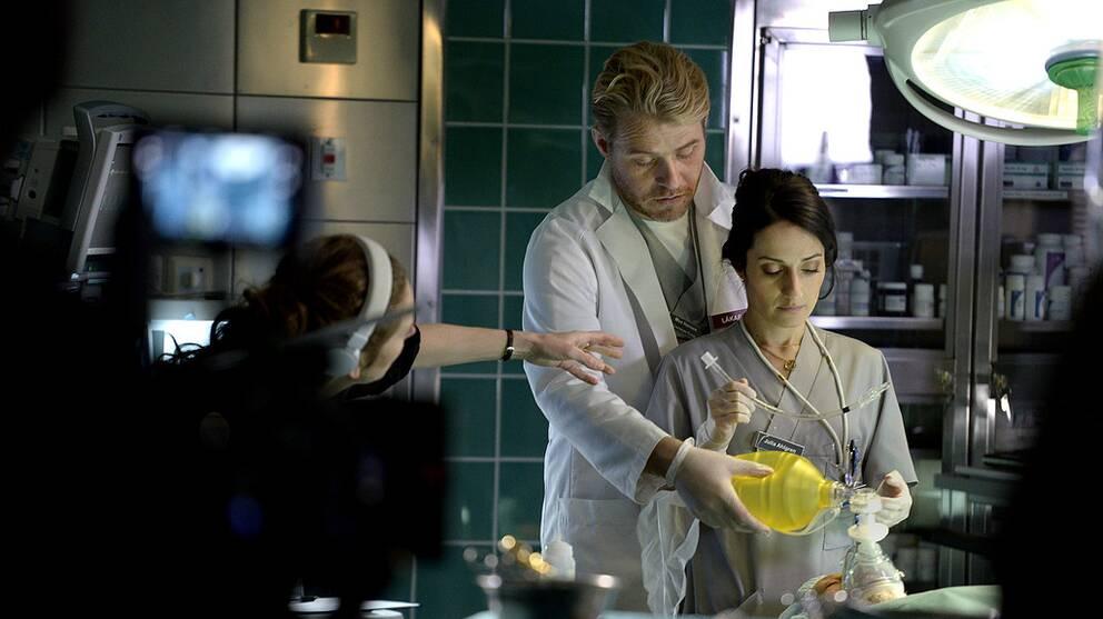 """STOCKHOLM 20160302 Ett sjukhusdrama är en av höstens satsningar i TV4. Men den här gången är det inga läkare som står i fokus. I """"Syrror"""" delar i stället fyra sjuksköterskor på huvudrollerna. På bilden skådespelarna Henrik Norlén och Marall Nasiri. Foto: Janerik Henriksson / TT / Kod 10010"""