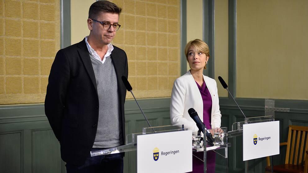 Föräldraförsäkringsutredaren Lars Arrhenius och socialförsäkringsminister Annika Strandhäll (S).
