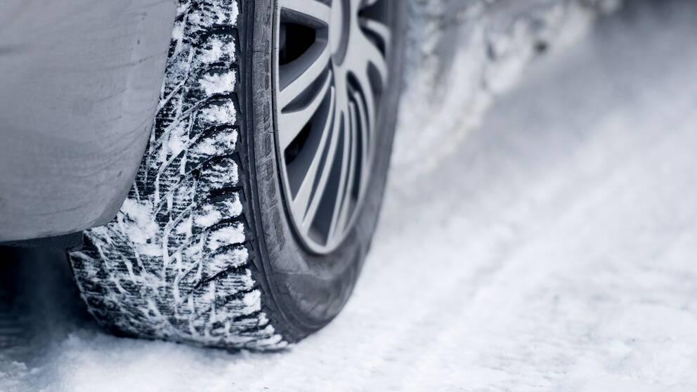 Ett bildäck med snö på