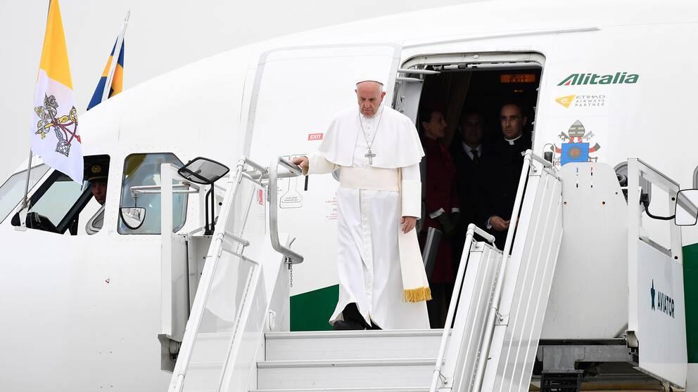 Påven anländer till Sverige.