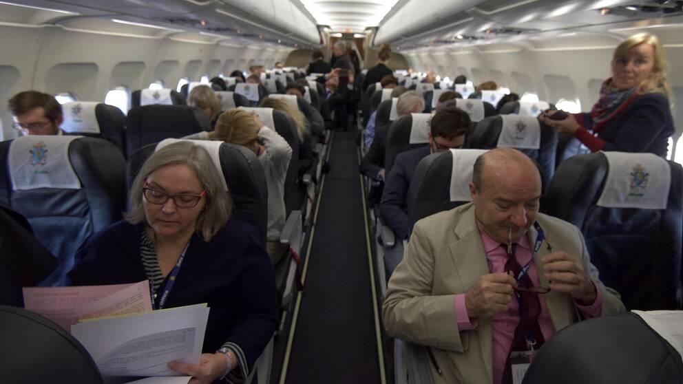SVT var med på påvens flyg på väg till Sverige.