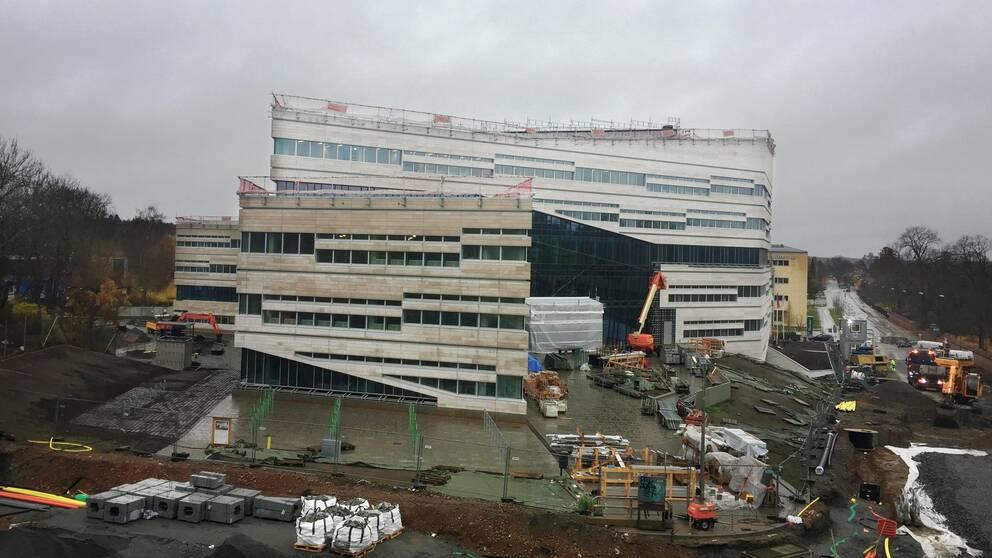 En bild på Segerstedthuset i Uppsala. Det är en stor byggarbetsplats i början av november 2016.
