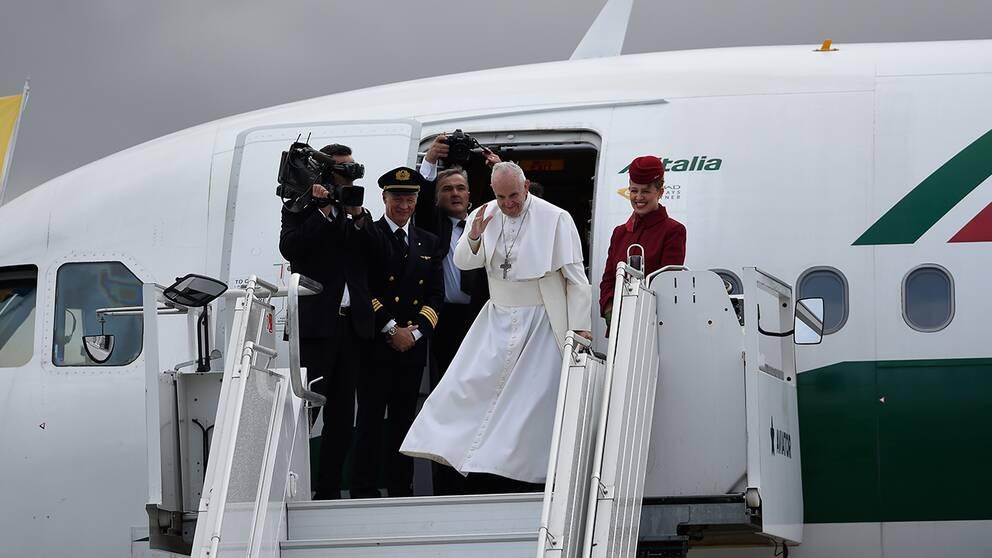 Påven tar avsked på Malmö airport.