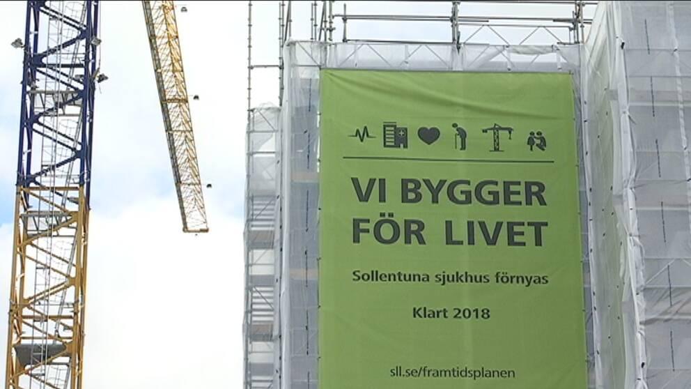 """Stor vepa med texten """"Vi bygger för livet"""" på Sollentunas sjukhus."""