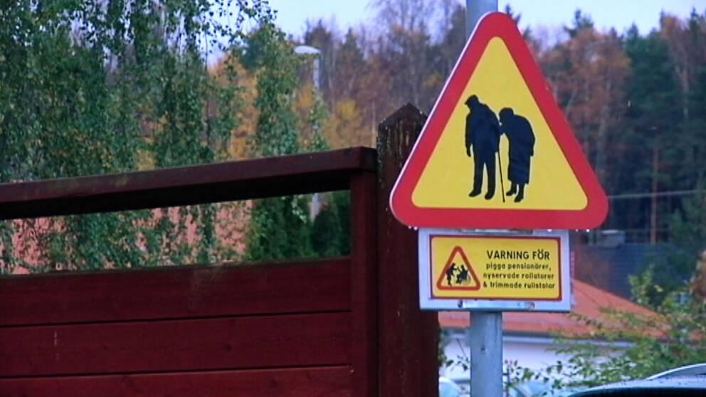 """""""Varning för pigga pensionärer, nyservade rollatorer och trimmade rullstolar"""" står det på varningsskylten."""