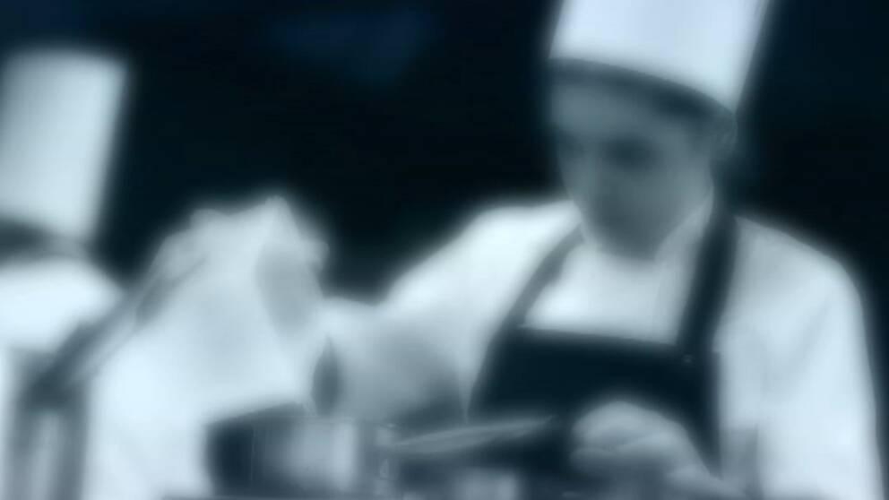 Anonym bild av en kock som lagar mat.