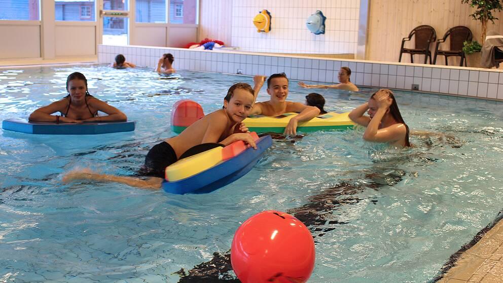 Barn badar och leker