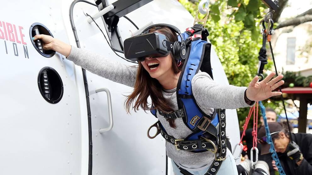 """I marknadsföringen framställs vr som spektakulärt. Här prövar en kvinna flygplansscenen från filmen """"Mission Impossible: Rogue Nation""""."""