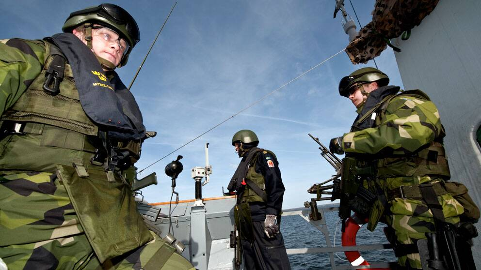 TT-helg-piratsvenskar KARLSKRONA 090321 Olle Westlund från Borlänge, t.h., soldat ombord på HMS Malmö när den internationella korvettstyrkan visades upp för pressen i Karlskrona på lördagen. Den 15 maj i år ska två korvetter tillsammans med ett underhållsfartyg bevaka mattransporter till Somalia. Operation Atalanta genomförs av EU på FN-mandat. Paul Madej / SCANPIX code 10390