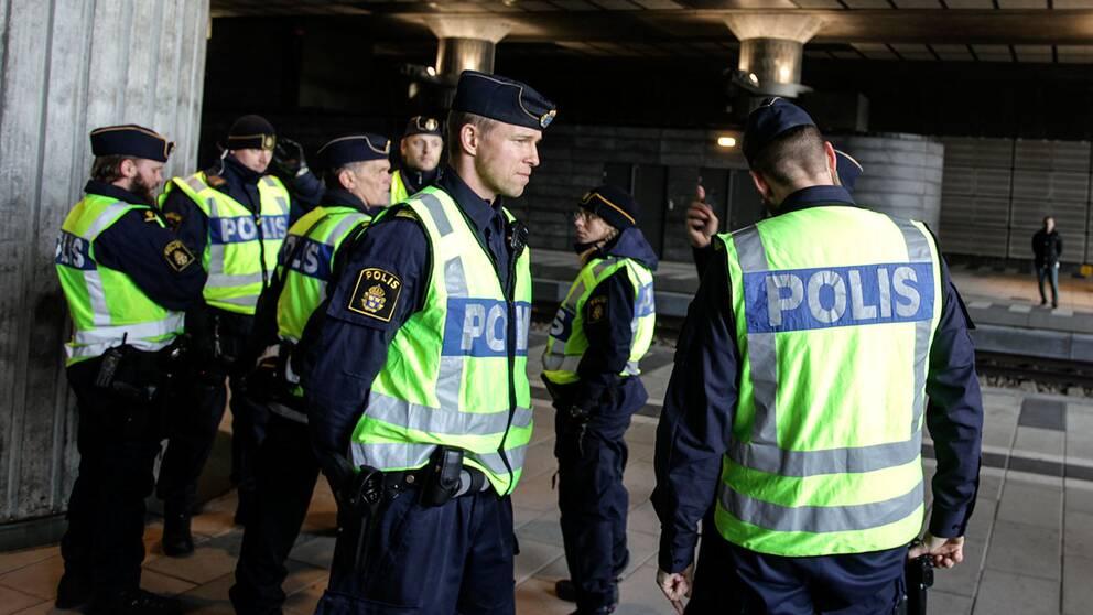 Polispatruller på plats vid Hyllie station i Malmö.