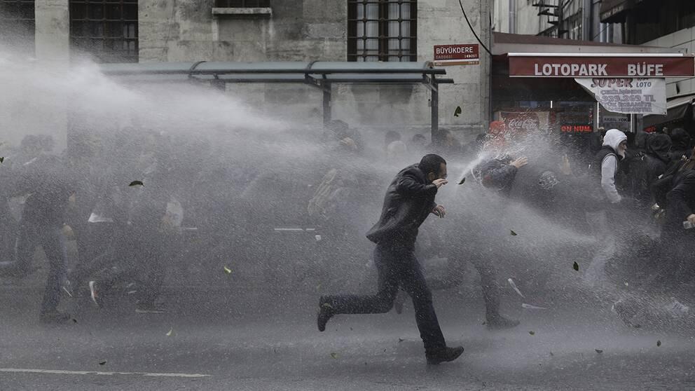 Turkisk polis använder vattenkanoner mot demonstranter.