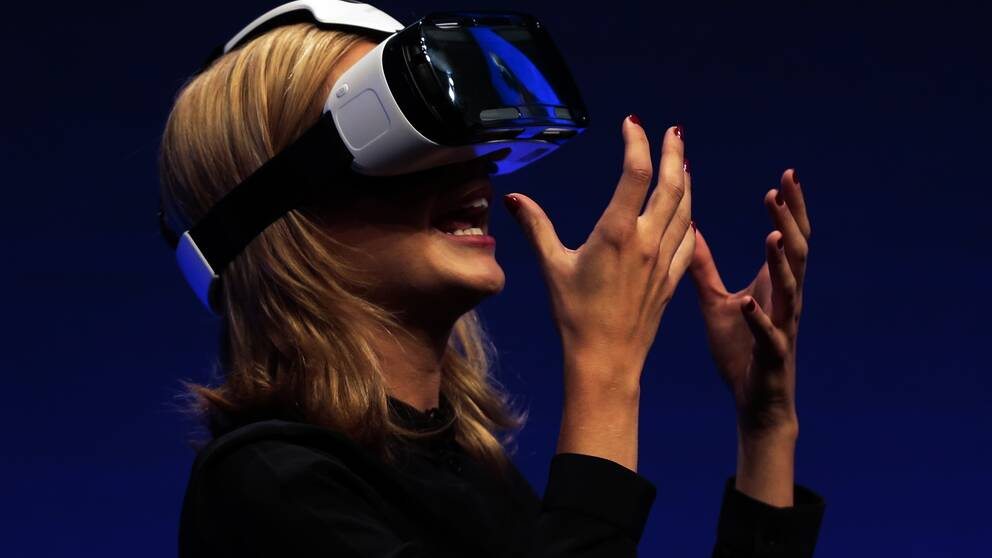 En kvinna testar virtual reality