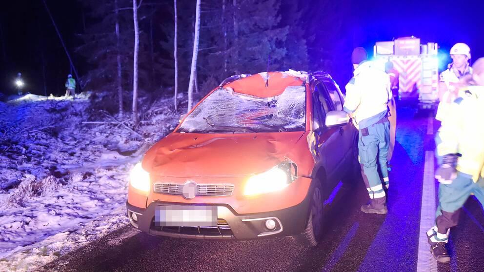 Bil med framrutan krossad.