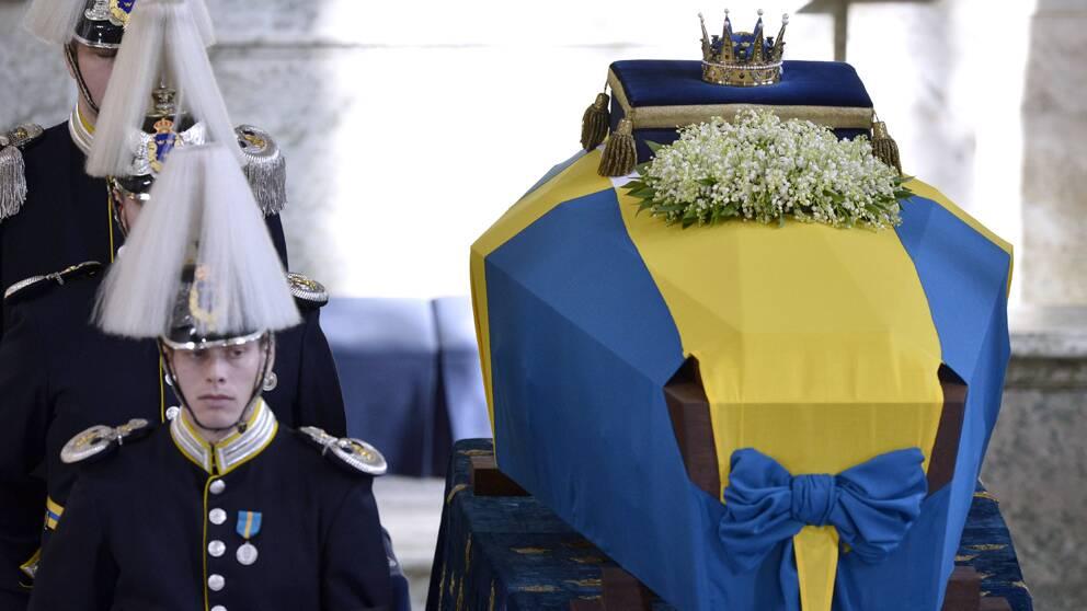 Hedersvakt vid prinsessan Lilians kista i Slottskyrkan i Stockholms Slott vid begravningen på lördagen.