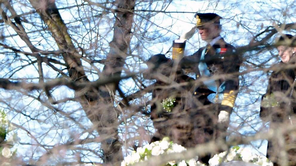 Kung Carl Gustaf vid prinsessan Lilians gravsättning.