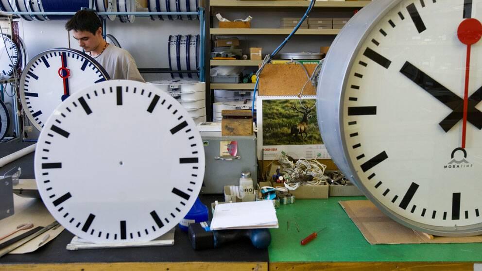 Vid en fabrik i schweiziska Sumiswald tillverkas klockor till järnvägsstationer.